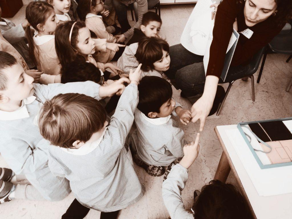 Bambini che partecipano all'attività informali insieme al educatore